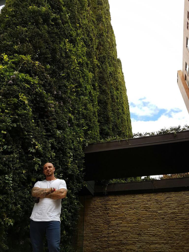 Ignacio Solano frente al jardín vertical más grande del mundo